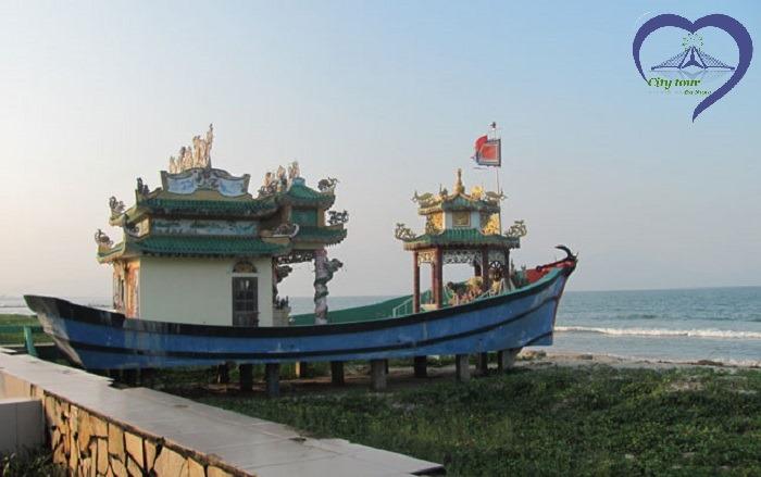"""""""Bí mật"""" con tàu – ngôi miếu mang số 92010 tại bờ biển Nguyễn Tất Thành ở Đà Nẵng."""